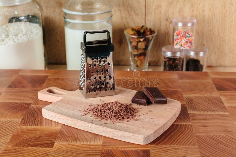 Zerriebene dunkle Schokolade auf dem Brett stockfoto