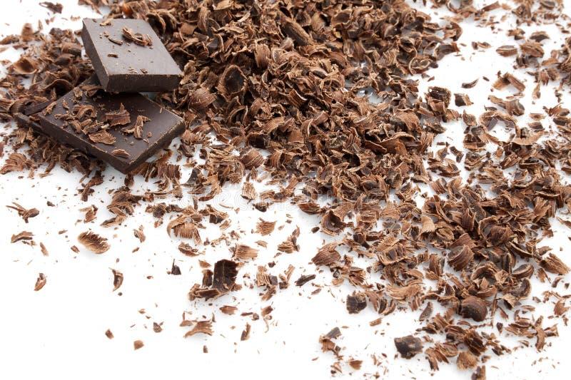 Zerriebene dunkle Schokolade getrennt auf Wei? stockfoto