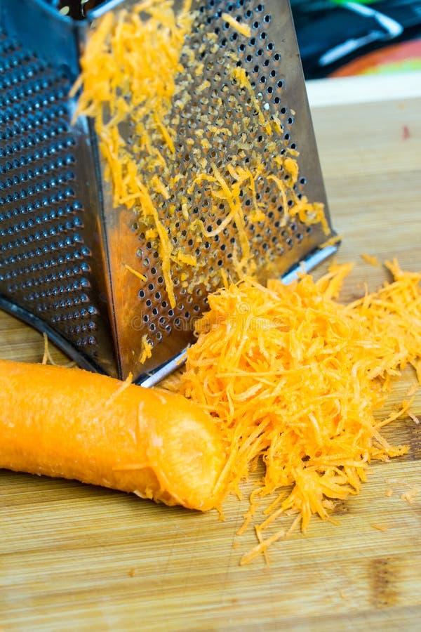 Zerriebene Karotten Platz für Ihren Text Vorbereitung von vegetarischen Tellern stockbilder