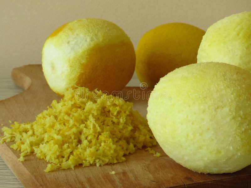 Zerriebene Zitronenhaut Zerreiben Sie fein saftige reife gelbe Zitronen des Zitroneneifers stockfotos