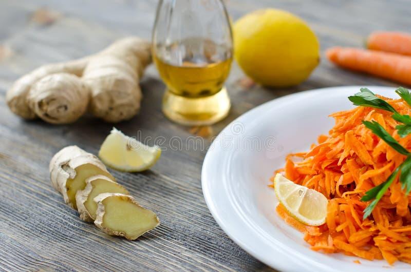 Zerriebener Karottensalat mit Ingwer und Zitrone lizenzfreies stockfoto