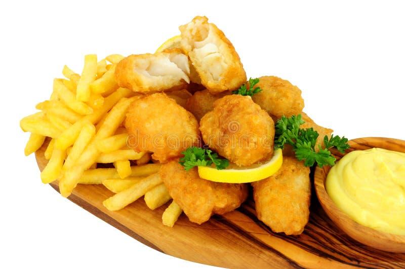 Zerschlagene Kabeljau-Nugget-Bisse mit Pommes-Frites stockfotos