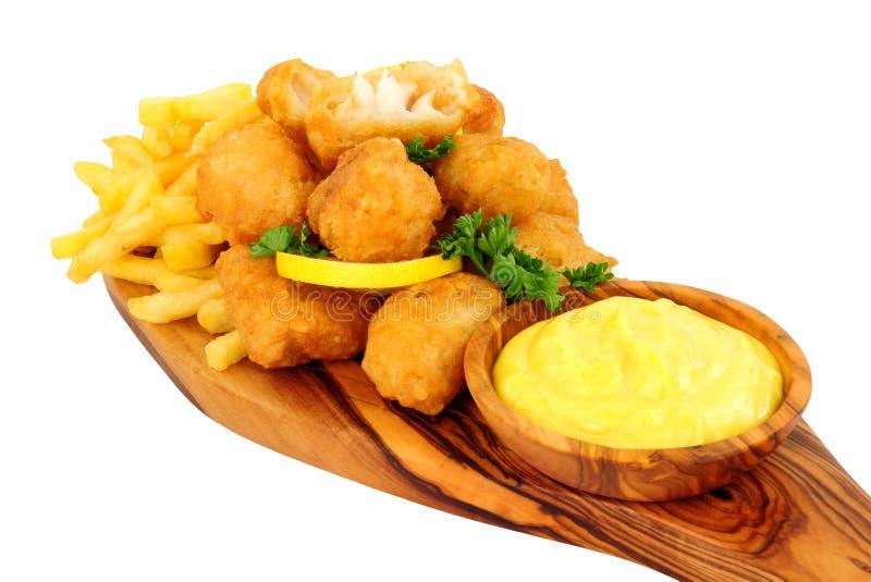 Zerschlagene Kabeljau-Nugget-Bisse mit Pommes-Frites stockbilder