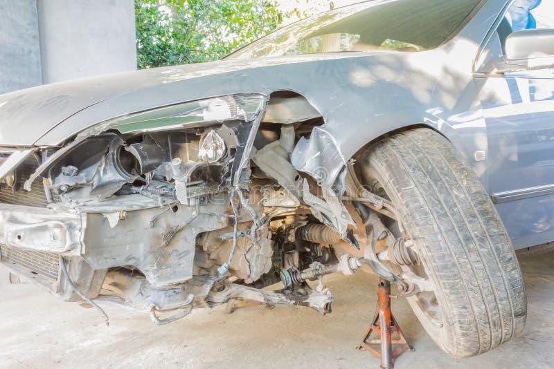 Zerschmettertes Auto am Front Side- oder Auto-Versicherungs-Konzept lizenzfreie stockbilder