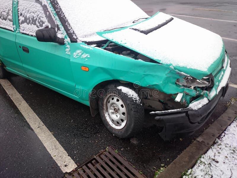Zerschmettertes Auto Grünes Wrack unter Abstauben des Schnees lizenzfreie stockbilder