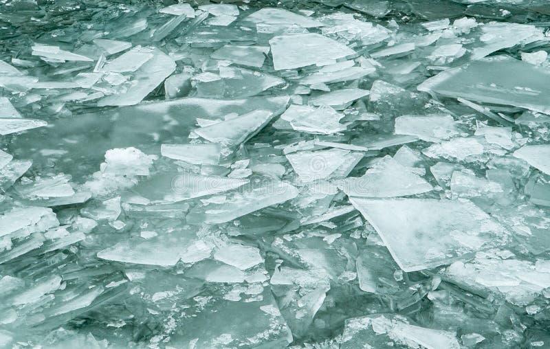 Zerschmettertes Eis auf dem Wasser stockbilder