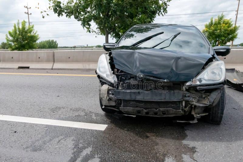 Zerschmettertes schwarzes Auto auf der Autobahn lizenzfreie stockbilder
