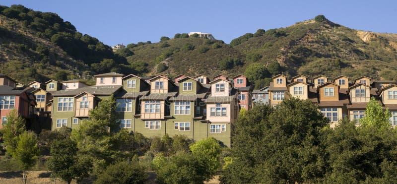 Zersiedelungs-Wohnungen entstehen für inländisches Leben auf Abhang stockbild