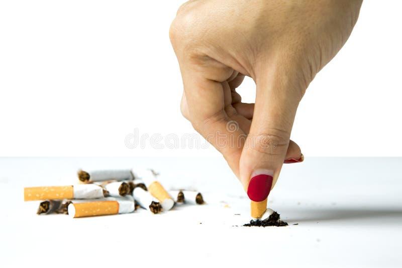 Zerstörende Zigarette der Frau in der Hand lizenzfreie stockfotografie
