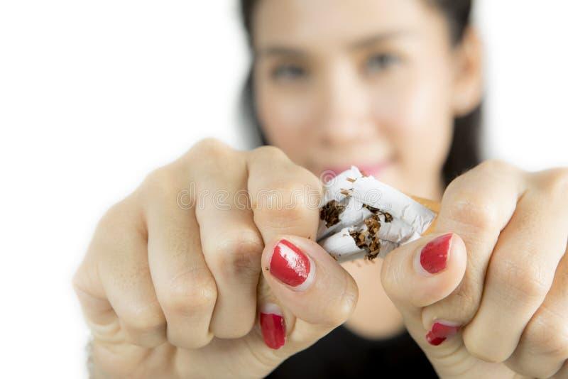 Zerstörende Zigaretten der Frau in der Hand stockfoto