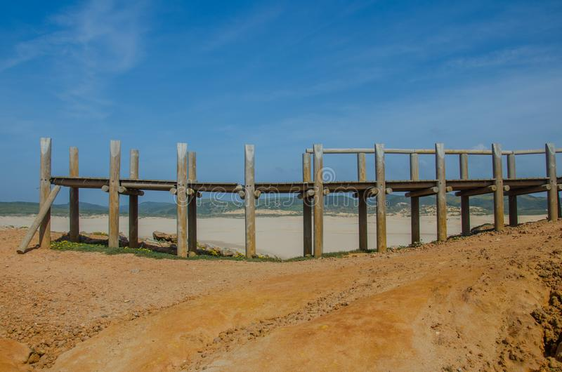 Zerstörte Holzbrücke in Strand Praia-DA Bordeira nahe Carrapateira, Portugal stockfotografie