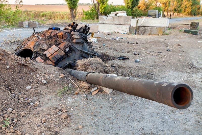 Zerstörter Behälter der ukrainischen Nachwirkungen der bewaffneten Kräfte, der Kriegsaktionen, des Ukraine- und Donbass-Konflikts lizenzfreie stockbilder