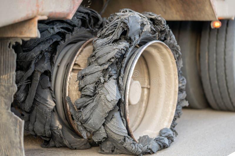 Zerstörter durchgebrannter Reifen mit zerquetschtem und schädigendem Gummi auf einem LKW stockfotos