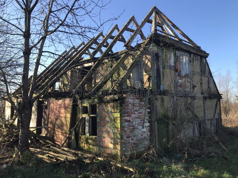 Zerstörtes altes Haus im polnischen Dorf im Frühjahr lizenzfreie stockbilder