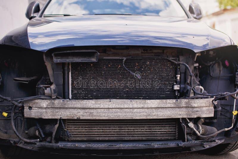Zerstörtes Auto Defektes Auto nach Unfall, Ansicht der Autofront unten nach einer Explosion, bereit ausrangiert zu werden lizenzfreie stockfotos