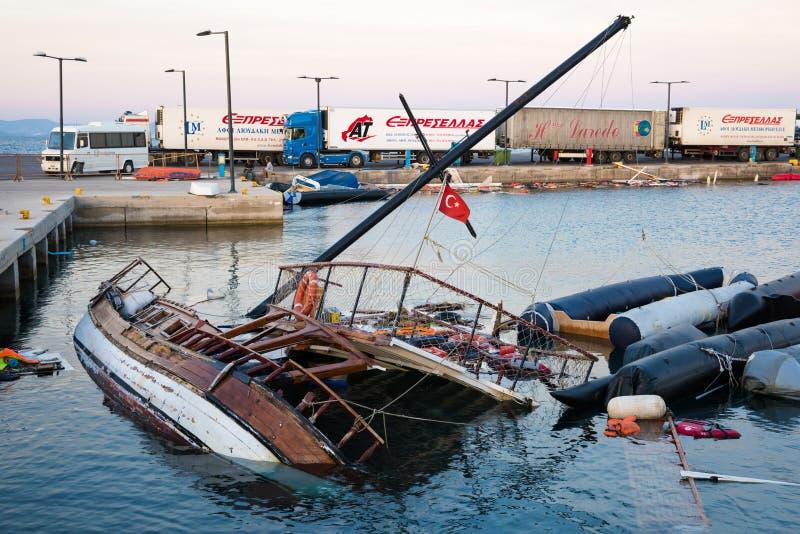 Zerstörtes Schiff und Boote in Griechenland lizenzfreie stockfotografie