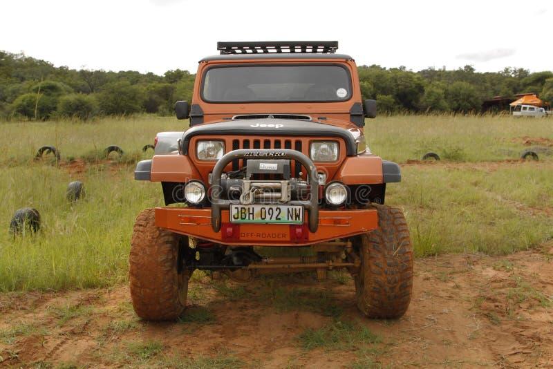 Zerstampfung beige Jeep Wrangler Off-Roader V8 lizenzfreie stockbilder