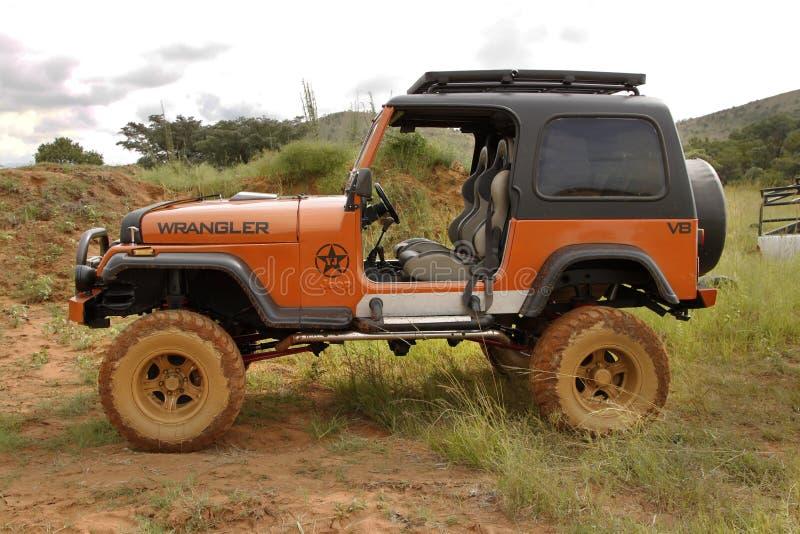 Zerstampfung beige Jeep Wrangler Off-Roader V8 stockbilder