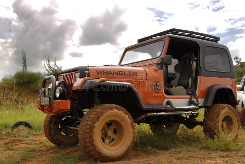 Zerstampfung beige Jeep Wrangler Off-Roader V8 stockfoto