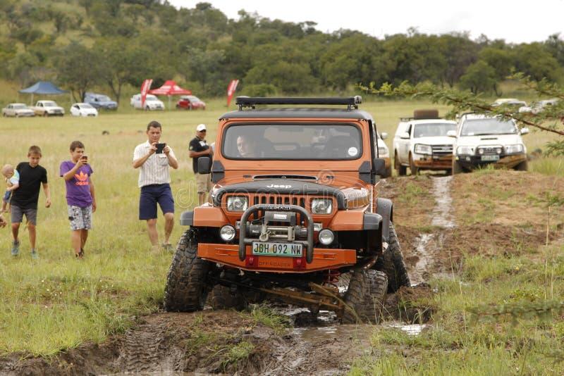Zerstampfung beige Jeep Wrangler Off-Roader V8 lizenzfreies stockfoto