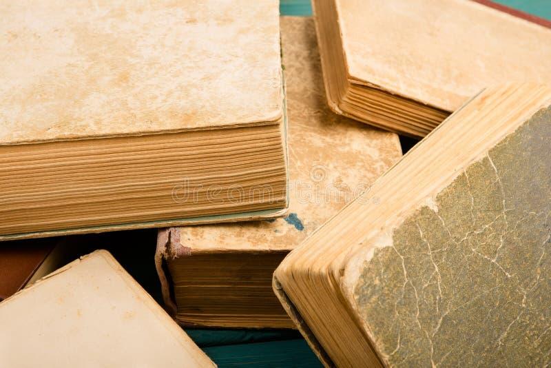 Zerstreute alte benutzte Bücher oder Lehrbücher des gebundenen Buches stockbilder