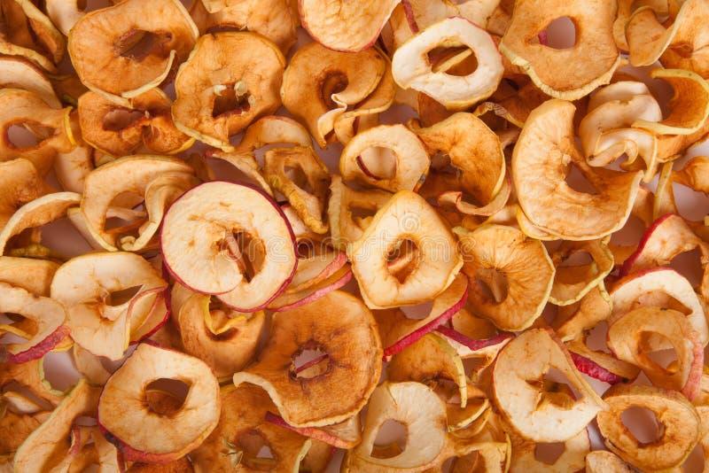 Zerstreute getrocknete Äpfel Hintergrund stockfotografie