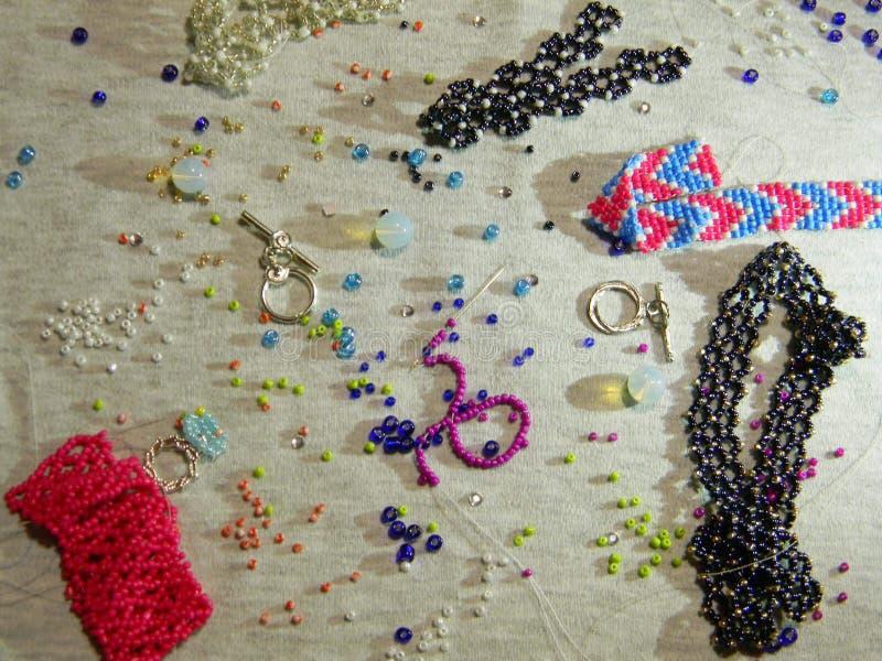 Zerstreute Perlen auf dem Tisch lizenzfreie stockbilder