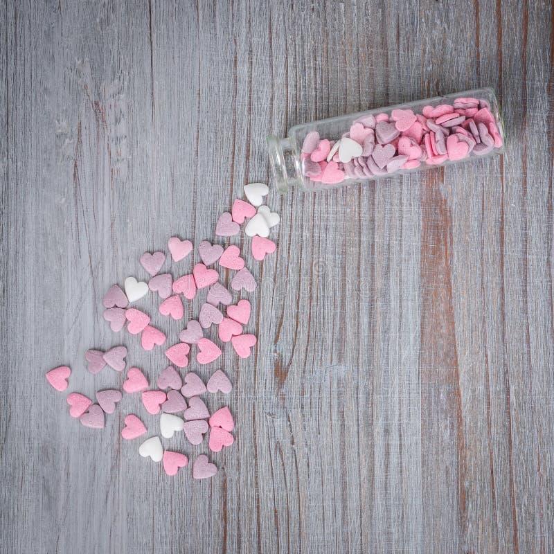 Zerstreute Süßigkeitsherzen stockfotos