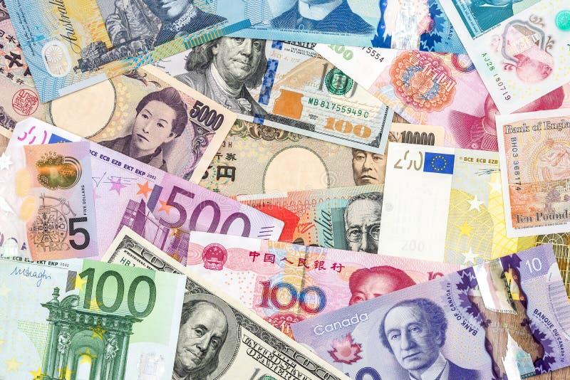 Zerstreute Sammlung Geld aus verschiedenen Ländern stockfotografie