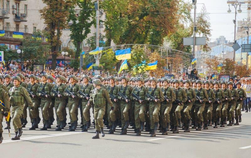 Zerstreute Soldaten der ukrainischen Armee in Kyiv, Ukraine stockfoto