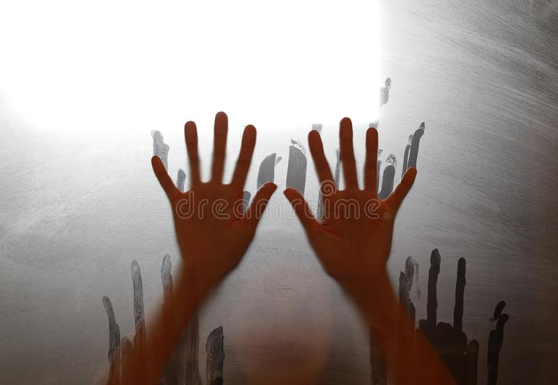 Zerstreutes Schattenbild der Frau durch Mattglas lizenzfreies stockbild