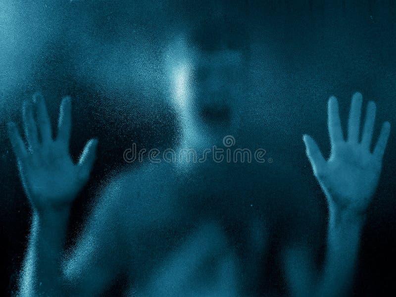 Zerstreutes Schattenbild des hoffnungslosen Jungen lizenzfreies stockfoto
