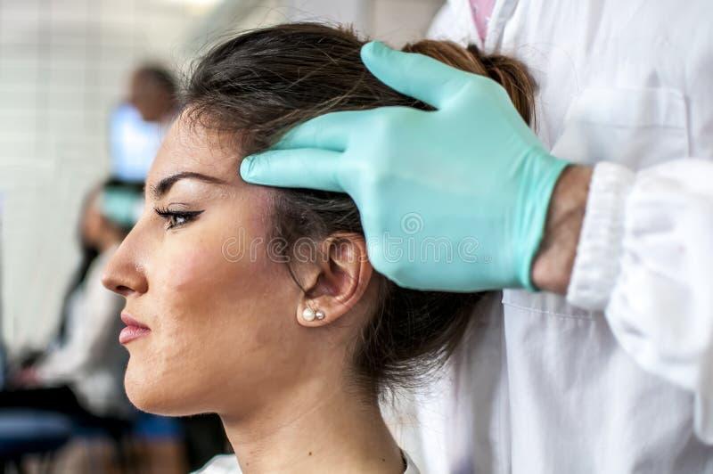 Zervikal und Kopfschmerzen stockbilder