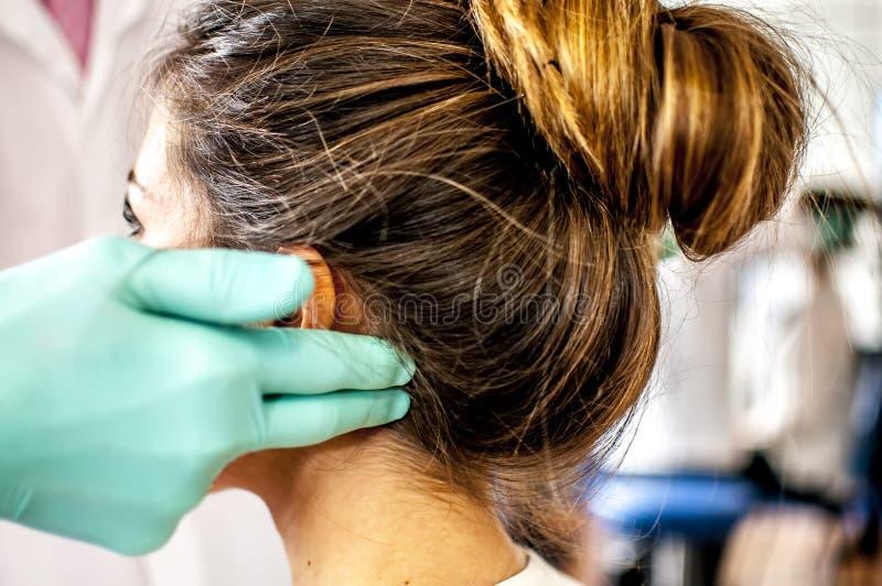 Zervikal und Kopfschmerzen lizenzfreie stockbilder