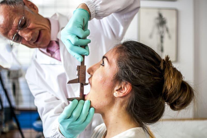 Zervikal und Kopfschmerzen stockbild