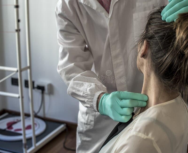 Zervikal und Kopfschmerzen lizenzfreie stockfotos