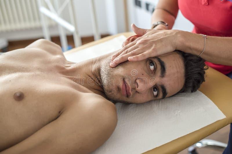 Zervikale Schmerz lizenzfreie stockfotos