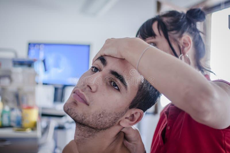 Zervikale Schmerz kuriert vom Physiotherapeuten stockfoto