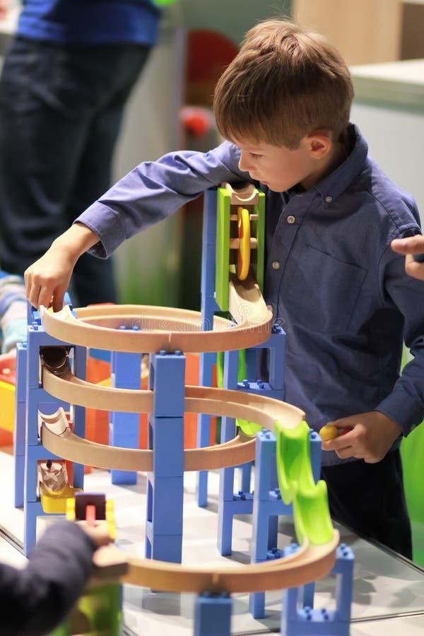 Zes éénjarigenjongen het experimenteren en het leren grondbeginselen van fysica en werktuigkundigen op school stock fotografie
