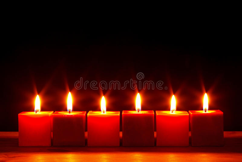 Zes het vierkante kaarsen helder branden stock afbeeldingen