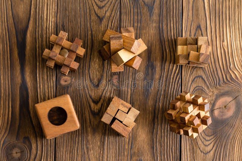 Zes houten raadsels van verschillende ingewikkeldheid royalty-vrije stock afbeeldingen