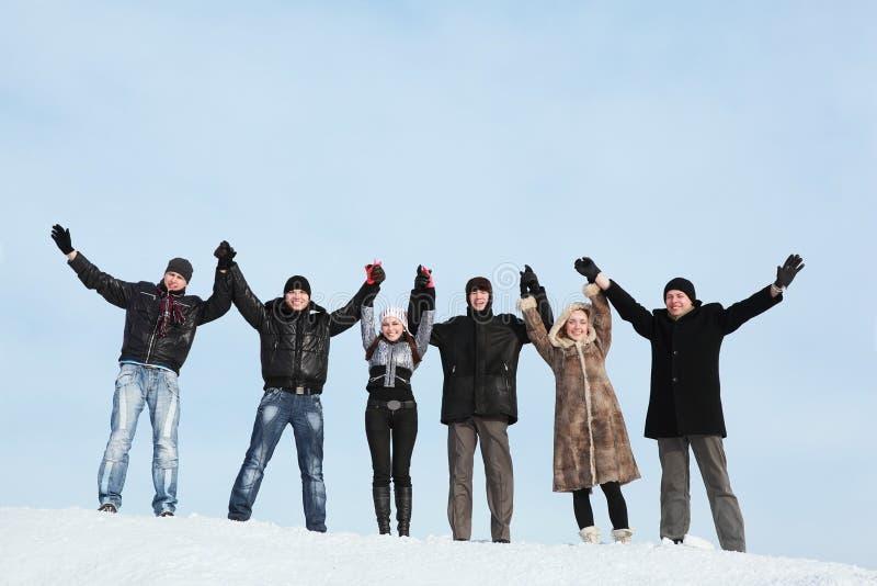 Zes jonge mensen houden op handen stock foto