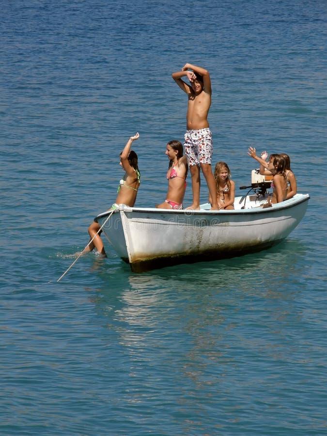 Zes kinderen op boot royalty-vrije stock afbeelding