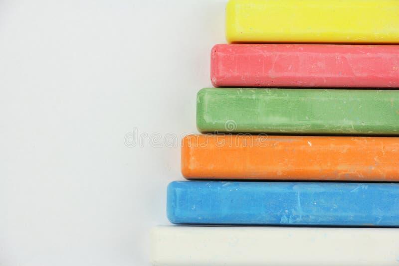 Zes kleurden kinderenkleurpotloden op witte achtergrond, rechterkant, blauwe rode groene geeloranje witte, hoogste mening, exempl royalty-vrije stock afbeeldingen