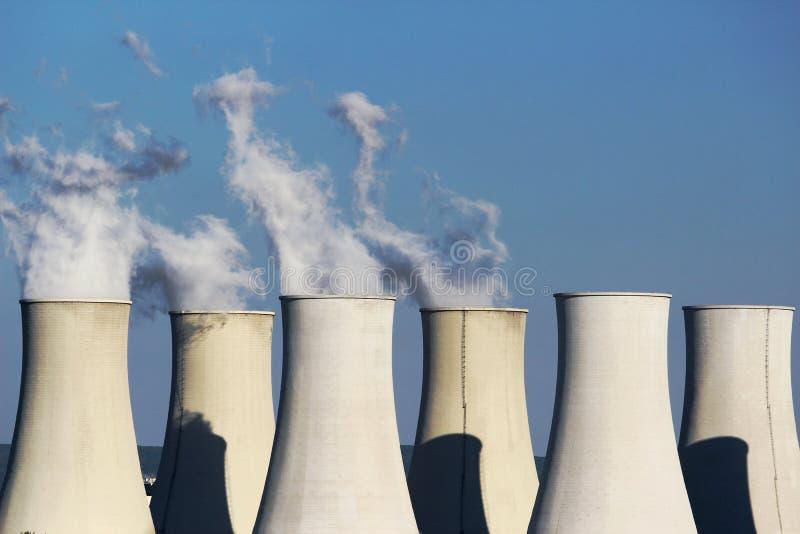 Zes koeltorens van kernenergieinstallatie royalty-vrije stock afbeelding