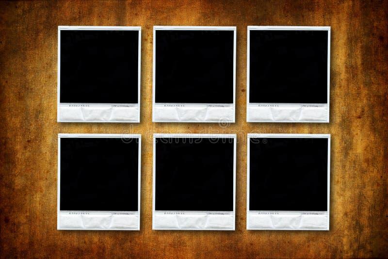 Zes Lege polaroids op grungeachtergrond stock foto's