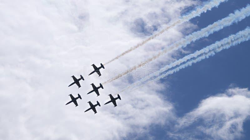 Zes militaire vliegtuigen die in de groep vliegen stock foto's