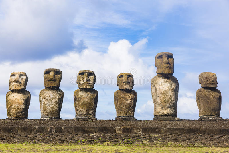 Zes Moai-standbeelden op een rij royalty-vrije stock afbeeldingen