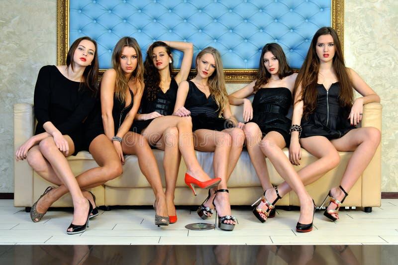 Zes mooie sexy modellen in het hotel. stock afbeeldingen