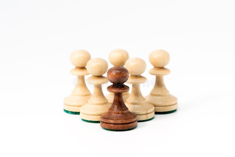 Zes schaakpanden in de piramidevorm stock afbeeldingen